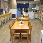 朱鳶 - センターにテーブル席  両脇にカウンター席 奥に厨房