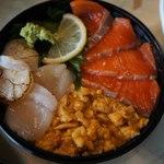 唐戸市場 活きいき馬関街 - 松甚さんのウニホタテサーモン丼