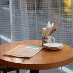 サカナバル - テラスのテーブル