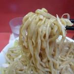 ラーメン二郎 - 麺をほじくりだす