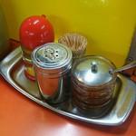 104238181 - コンディメンツ 辛味オイルで後半は味に変化をつける。入れすぎ注意