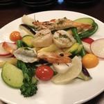 Kasaemu - これまたボリューム満点のサラダ‼️魚介たっぷり入ってて満足〜•ू(ᵒ̴̶̷ωᵒ̴̶̷*•ू)  )੭ु⁾