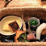 104255162 - 八寸 茶懐石の料理の組み立てで八寸は食事の前に出てきました 稚鮎の苦み、湯葉の蕗味噌焼き、だし巻たまご等どれをとっても美味しくお料理されています♬
