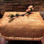 104255166 - 木瓜(ボケ)の花をあしらった竹籠に八寸