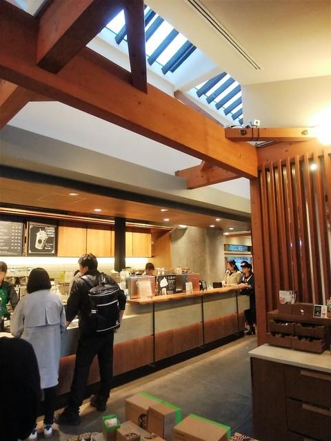 スターバックスコーヒー 上野恩賜公園店 - コンクリートと木材ってのは今の流行りなのかも