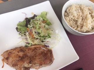 フォレストガーデン - ★★★ ランチのメイン チキンソテーマスタードソースと玄米