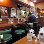 カレーハウススパイシー - こぢんまりした店内は カウンター席14席と、お店奥に4人掛けテーブル1つ。 ボキらはテーブル席に案内されたよ。