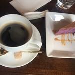 レッド アップ - セットのコーヒーと紫芋ケーキ