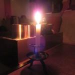 104275106 - 夜は蝋燭がメインの灯り