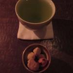 104275201 - 90℃のお茶と、塩味あて
