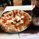 104278460 - ピザとビールです