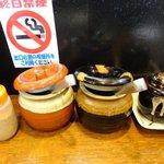 麺堂 香 - 左からすりゴマ、辛子高菜、紅ショウガ、ニンニク(クラッシャーでつぶしてね)。