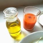 104282242 - オリーブオイルと野菜のスムージー