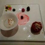104284517 - 左はアイス(ジェットフルーツとか説明を受けました)、右はビーツのケーキ。