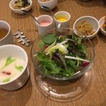自然の薬箱 カフェ&キッチン - 旬の野菜のサラダ、季節の野菜スープ、おかず2種が最初に運ばれて来ます