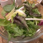 自然の薬箱 カフェ&キッチン - サラダです。野菜の種類も豊富で、どれも歯応えがしっかりで味も濃厚。