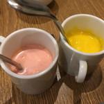 自然の薬箱 カフェ&キッチン - ドレッシングも2種類。右:人参とリンゴ、左:苺。苺は驚きのうまさです。