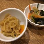 自然の薬箱 カフェ&キッチン - 2種のおかずです。切干大根はカレー風味に驚きです。