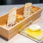 ラヴァンドール - 自家製パン  ホイップバター、オリーブオイル