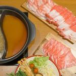 但馬屋 - 2色鍋なので、スープは昆布・豆乳・すき焼き・四川火鍋・季節限定鍋から2種類選べます。 今回は、インパクトある四川火鍋と季節限定鍋スープ『ゆず塩だし』でお願いしました。