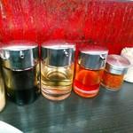 壱七家 - 醤油、酢、ラー油、一味。