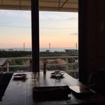 ダブルドアーズ - 窓からR134と海が見えます・・