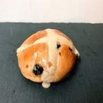 シャン ド ブレ - ホットクロスバンズ「イギリスでイースターに食べられるホットクロスバンズ。十字の飾りが特徴です。 シナモンの利いたモハベレーズン入りのふんわり優しい甘さのパン。」
