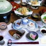 濁河温泉 朝日荘 - 山の食事。町からここまで食材を運んでくるのも、大変なことだろう。林檎の天ぷらは個性的な一品
