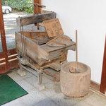 玉翠楼 - エントランスホールのオブジェは骨董農機具