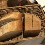 ル・マルカッサン - 自家製クルミのパンとフランスパン