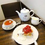 104316902 - ダージリンと苺のパイ。