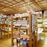 清泉寮 ファームショップ - 【売店店内】店内ショップでは、雑貨も取り揃えております。八ヶ岳のクラフトマンがつくった木製品や、かわいい輸入雑貨、清泉寮限定のキュートなジャージー牛のぬいぐるみもあります♪
