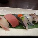 回転寿司ととぎん - 旬5貫盛り:桜鯛、本マグロ中トロ、鰆タタキ、サヨリ、トリ貝
