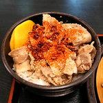 ゆで太郎 - ミニ豚丼に一味&刻み唐辛子かけ