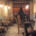 カフェ フリーダ - 奥白熱灯、カウンターLED、厨房蛍光灯、配膳蛍光灯 三つ巴