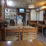 吉田食堂 - 席移動を強要され、前のテーブルに置かれたままの水が見えます