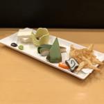 104343189 - 富山名産五種盛り合せ(ます寿司、堅豆腐、かまぼこ、ホタルイカ沖漬け、白海老のバラ天婦羅)