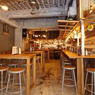 ビールサーバーがずらり◎海外のバルのような空間が広がります