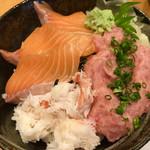 ITAMAE SUSHI - ズワイ蟹ほぐし身と厚切りサーモンとネギトロの豪華三色丼ランチ980円税込