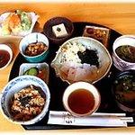 竹の子 - 料理写真:総天然食の竹の子定食です。総カロリー689kcalとヘルシーな定番自然食メニューです。
