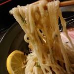 布施丿貫 - 「山崎真鯛と羅臼昆布の冷やし白湯そば」の麺と鯛ペーストの絡み