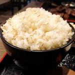104377112 - 牛たん炭火焼き定食の麦飯(大盛り)