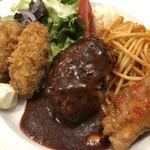 104383670 - ミニハンバーグ、カキフライ、唐揚げとナポリタン。                       洋食屋さんの定番的なランチです。