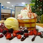エムジェイ ブック カフェ - パンケーキ、3段