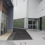 食堂ミチ - 尾道駅とリトルマーメイドの隙間に「食堂ミチ」が見えます(2019.3/下旬 15:00頃)