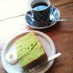 カフェ オチコチ - 抹茶のシフォンケーキとブラジルコーヒー