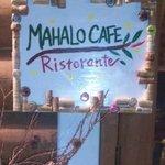マハロカフェ リストランテ - シェフ手作りの看板がお迎えします