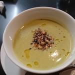 104423930 - グリーンピースの温かいスープ