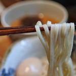 らーめん砦大阪 - 全粒粉のやや太い麺