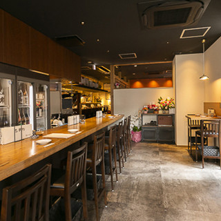 ライブ感あふれるオープンキッチンカウンターもテーブルも広々!